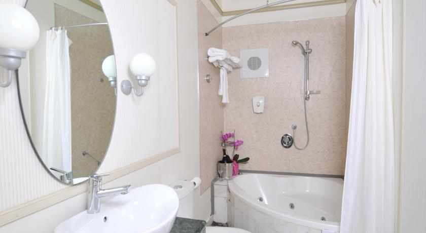 אמבטיה מלון קולוני חיפה